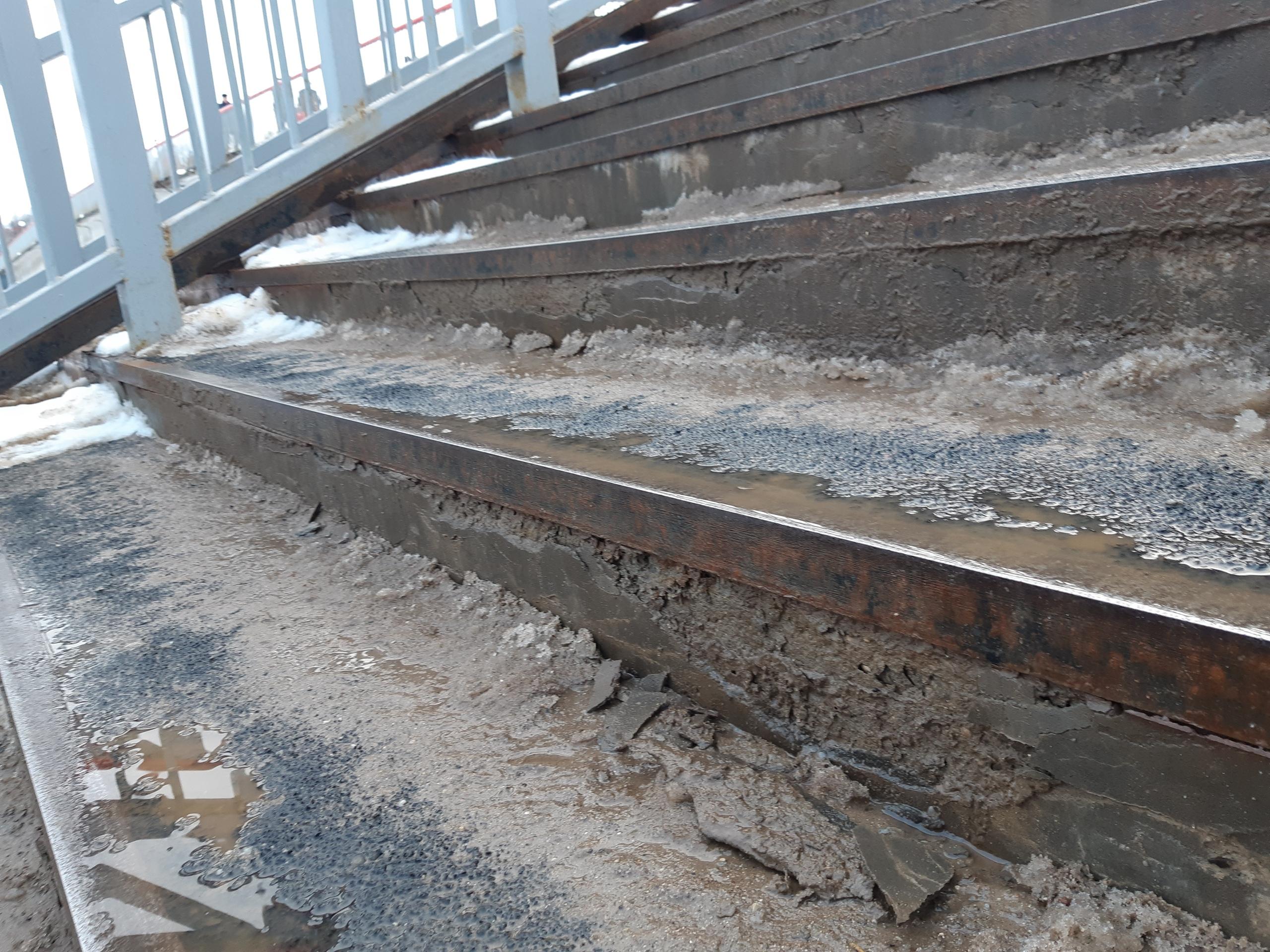 На отремонтированном Красном мосту в Вологде разваливаются ступени