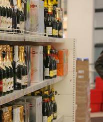 Алкоголь хотят запретить продавать с шести вечера и до девяти утра