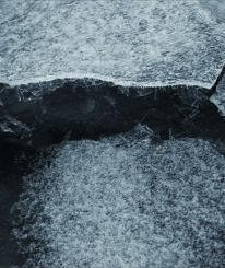 В Вологде по едва замерзшему пруду в Парке ветеранов уже бегают дети