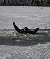 Пожилая вологжанка решила сократить путь и провалилась под лед