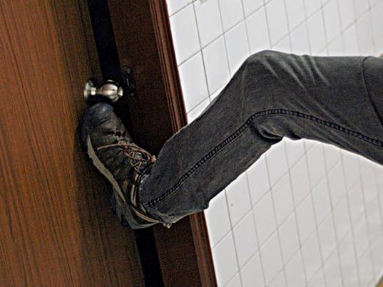 Пьяный житель Никольского района взломал дверь в квартиру знакомого, чтобы выяснить с ним отношения