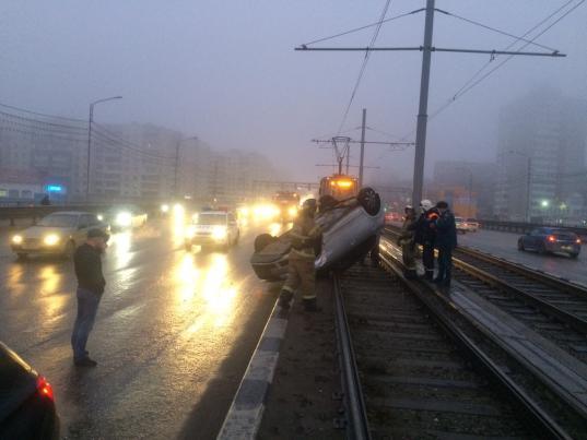 В Череповце «Шкода» перевернулась на трамвайных путях