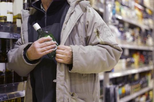 В Вологде пьяный покупатель избил продавцов, когда те потребовали вернуть украденный алкоголь