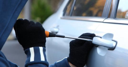 В Череповце бывший заключенный вскрывал автомобили и похищал из них вещи