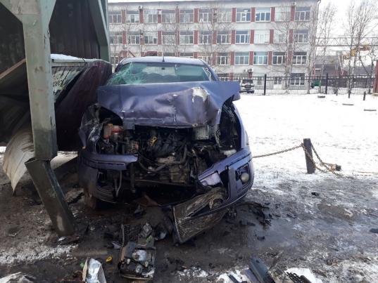 В Череповце водитель «Форда», уходя от столкновения с МАЗом, врезался в автобусную остановку