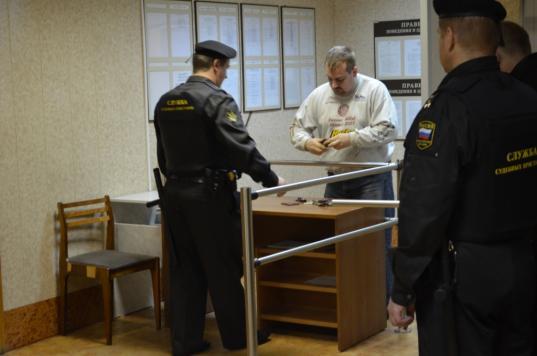 В суде Череповца пристав нашел в карманах потерпевшего боевые патроны