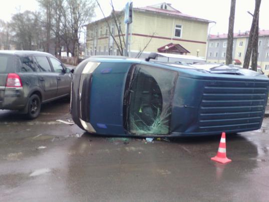 В Вологде на улице Разина фургон опрокинулся на бок после столкновения с иномаркой