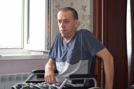 Житель Вологодского района, семь лет не выходивший на улицу, получил подъемник для инвалидной коляски