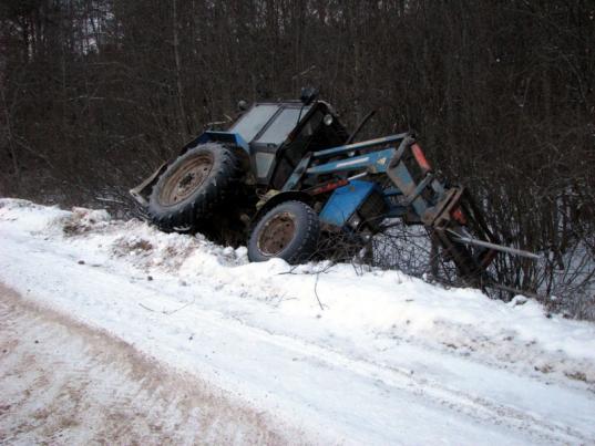 Пьяный житель Верховажского района угнал с фермы трактор и съехал на нем в кювет