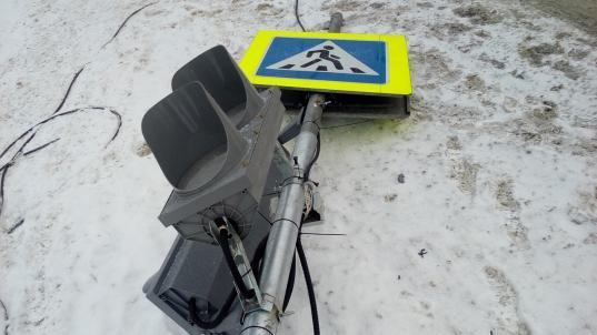 В Великом Устюге ищут водителя, который снес новый светофор на улице Песчаной