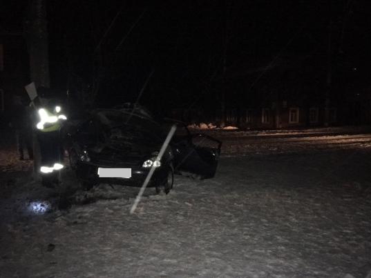 В Великом Устюге ВАЗ врезался в столб: водитель и два пассажира в больнице