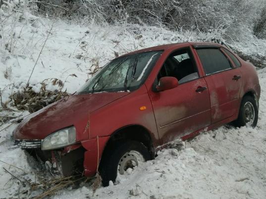 В Вологодском районе водитель «Лады Калины» без прав вылетел в кювет