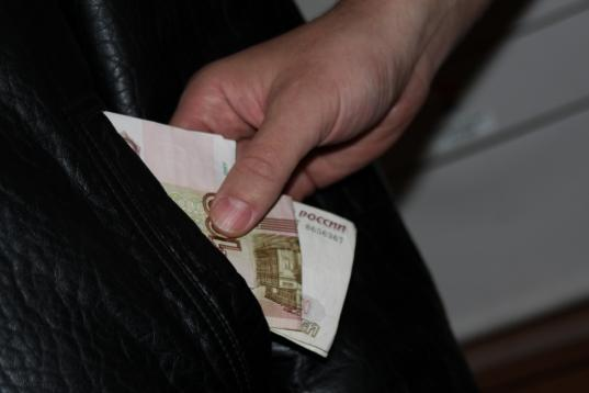В Верховажском районе пьяный сын украл из кармана пиджака отца 6 тысяч рублей