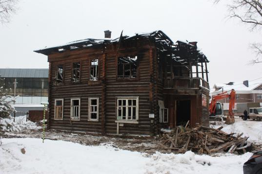 В Вологде возле деревянного исторического дома на Зосимовской, 5а появилась тяжелая техника