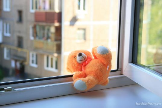 В Вологде мать 5-летней девочки, выпавшей из окна 9 этажа, приговорили к году исправительных работ условно