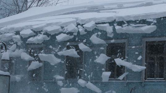 Под Череповцом виновника падения на ребенка снега с крыши оштрафовали на 20 тысяч рублей