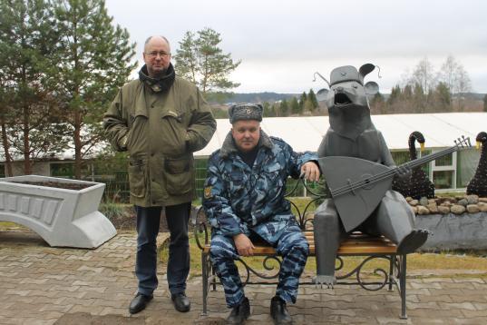 Осужденные колонии в Великом Устюге сделали для вотчины Деда Мороза кованого медведя с балалайкой