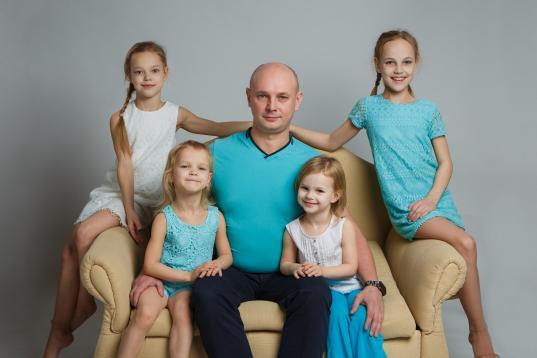 В Ледовом дворце Череповца открылась фотовыставка, посвященная многодетным отцам