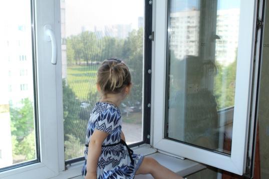 В Череповце ночью пришлось вскрывать квартиру с детьми, которые остались одни