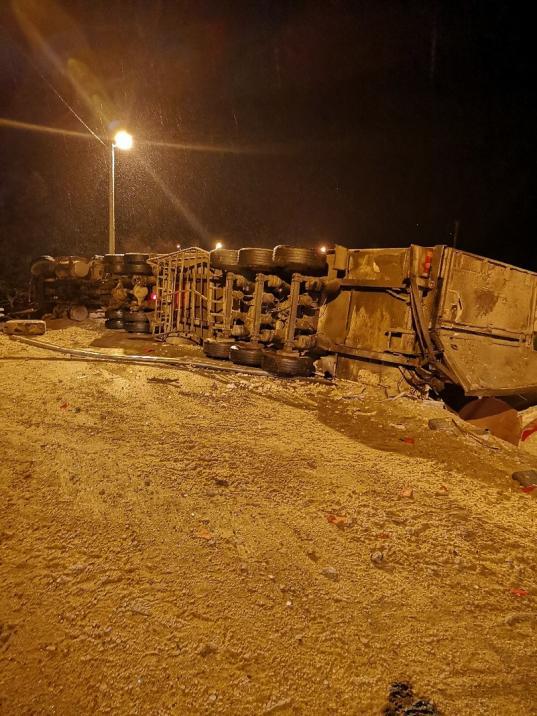 В Сокольском районе из-за пьяного водителя опрокинувшейся фуры на два часа перекрыли федеральную трассу
