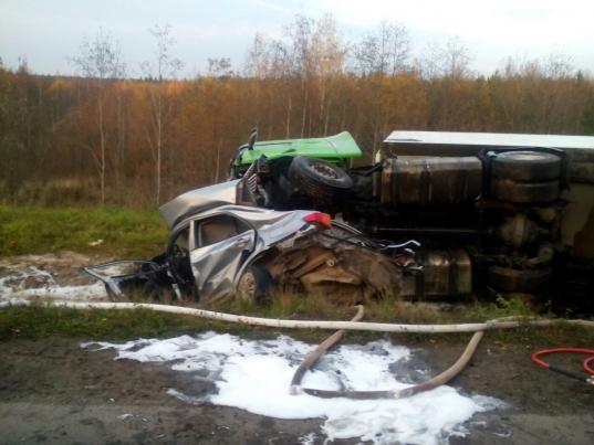 Три человека погибли в столкновении «Тойоты» и грузовика в Вытегорском районе