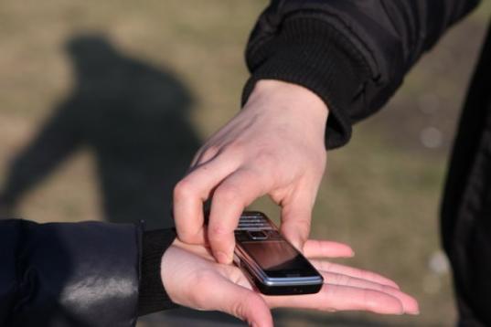В Вологде водитель похитил у подростка смартфон и банковскую карту