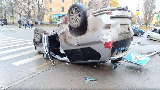 В Вологде на перекрестке улиц Козленской и Яшина перевернулся внедорожник