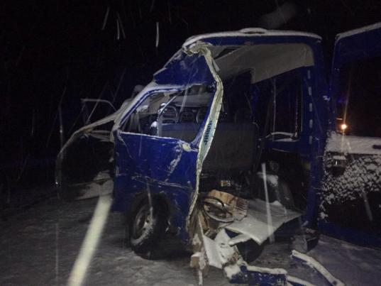Два человека погибли в столкновении грузовика и микроавтобуса под Вологдой