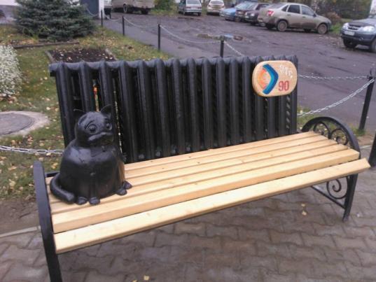 Заключенные колонии №3 в Великом Устюге сделали для города скамейку с радиатором и котом