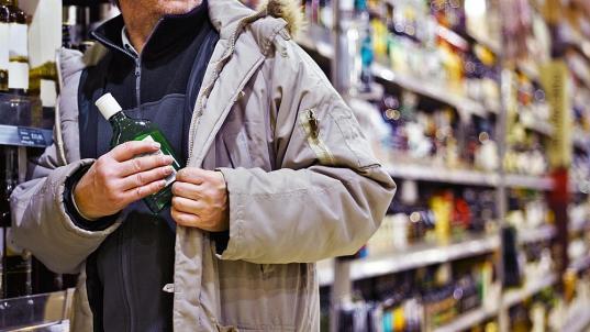 Вологжанин, пропивший все деньги, пытался украсть из супермаркета бутылку виски