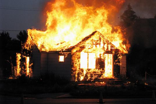 В Череповецком районе во время пожара в деревянном доме погиб бездомный